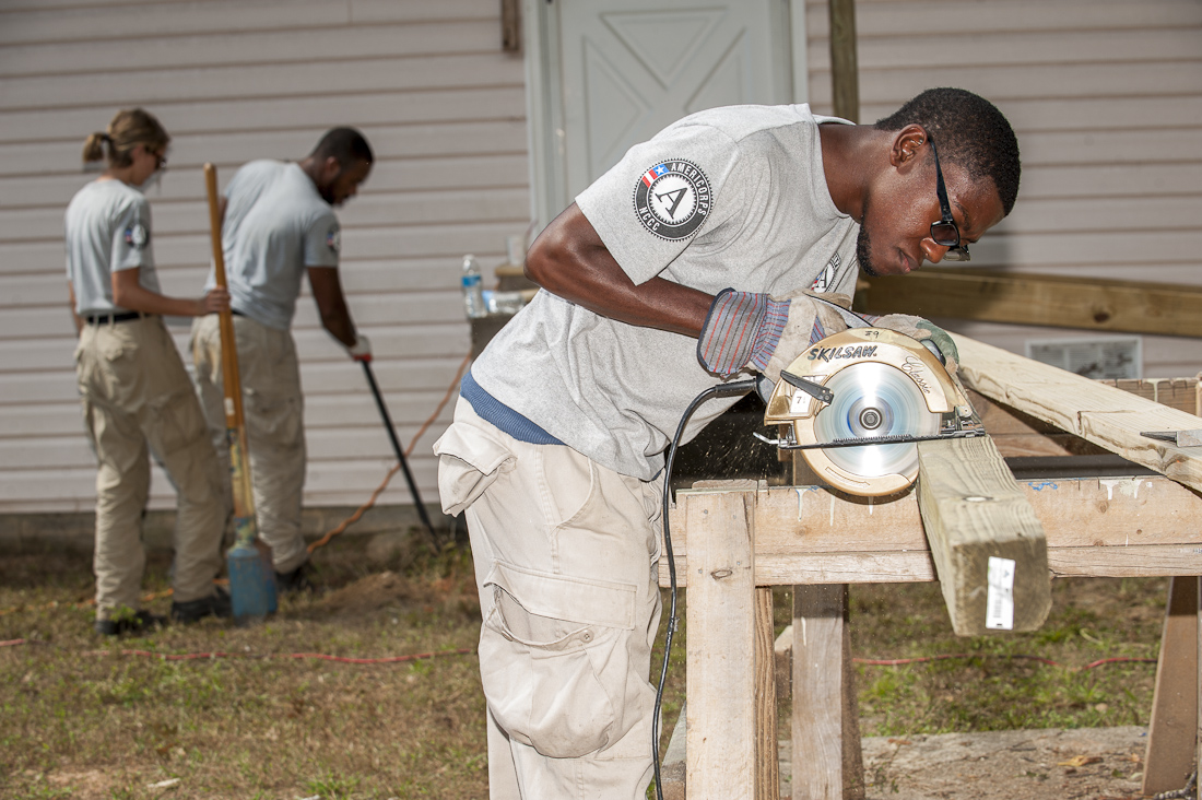 Americorps_volunteers_ workng_with_Habitat_DeCalb_in_Georgia_Ramps_Oct.1.2013_web-3